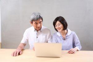 パソコンを見る祖父母