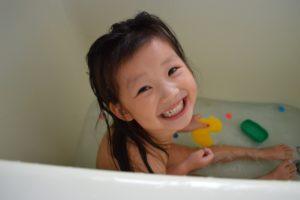 お風呂で水遊び
