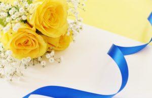 黄色いバラを添えて