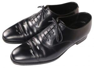 白い汚れが浮いた革靴