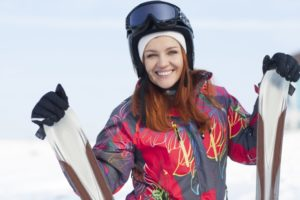 スキーを持つ女性