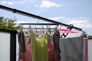 青空の下で洗濯物を干す