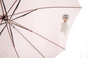 傘にテルテル坊主