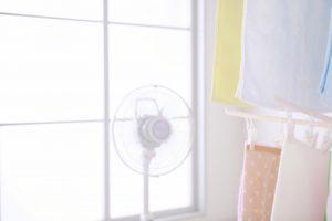洗濯物に扇風機