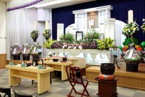 葬儀場 祭壇と供花 僧侶の席