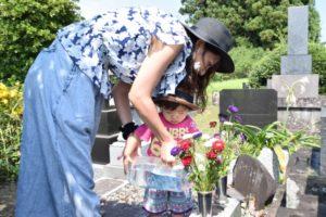 お墓参り 子供とお掃除