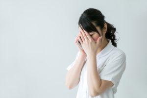 訃報に泣く女性