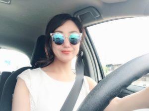 ゆったり運転する女性