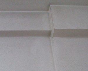 天井から壁にかけての汚れ